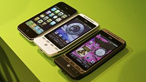 English: Apple iPhone (left) vs HTC Hero (right)